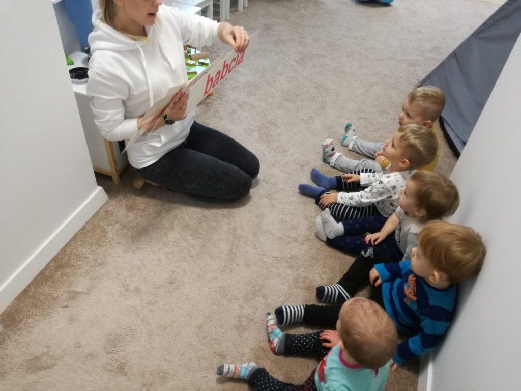 Dzieci w żłobku uczą się słów