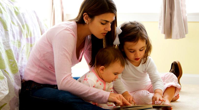 Dzieci czytają z mamą